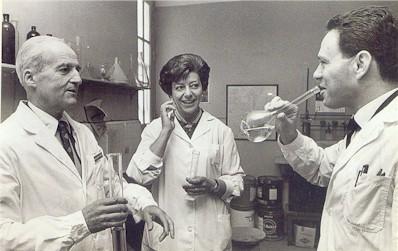 El doctor Leloir y colaboradores, celebrando la obtencion del Premio Nobel